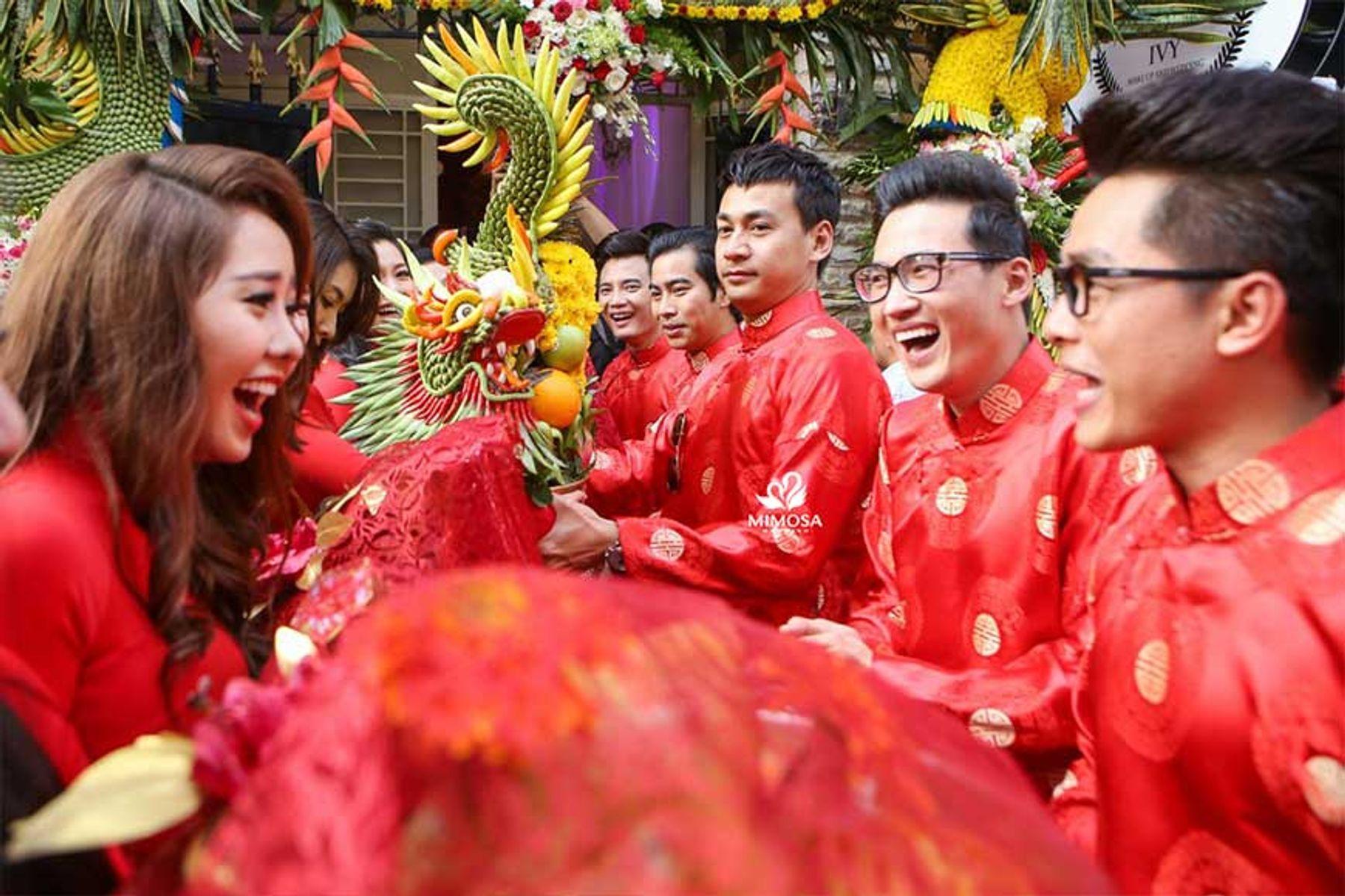 Step 2: Đoàn bưng quả nhà trai trao sinh lễ cưới cho nhà gái
