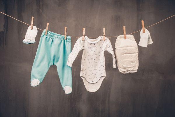ropa de bebé colgada para secar