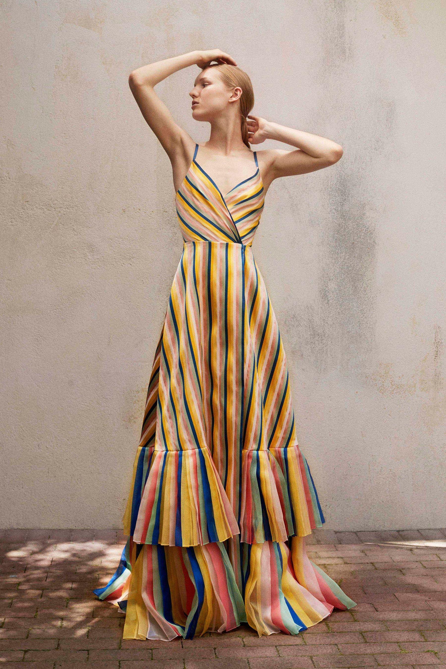 Chọn váy có họa tiết sọc dọc giúp tạo dáng người cao ráo hơn