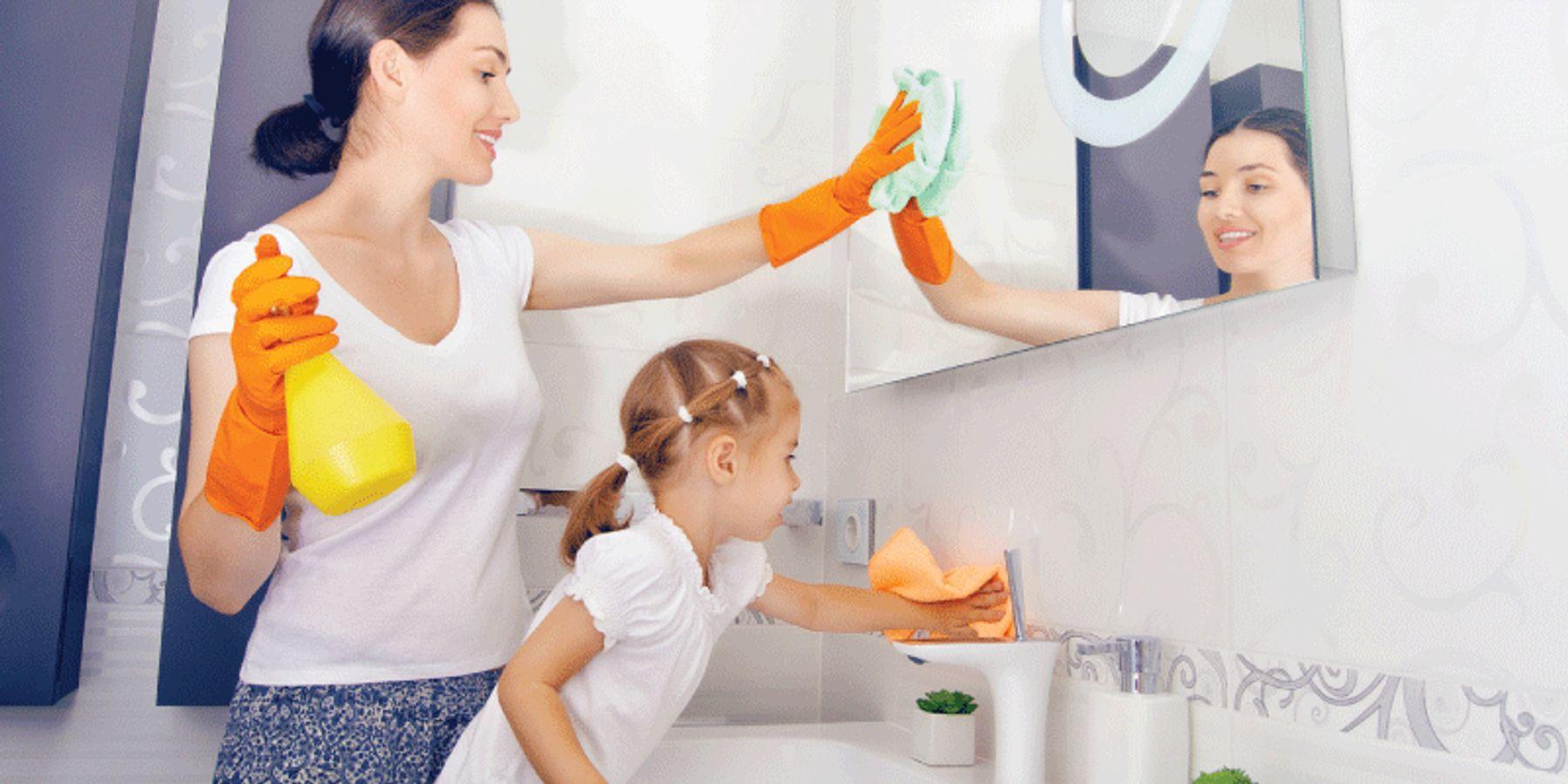 Xử lý sạch khu vực rửa mặt, gương soi