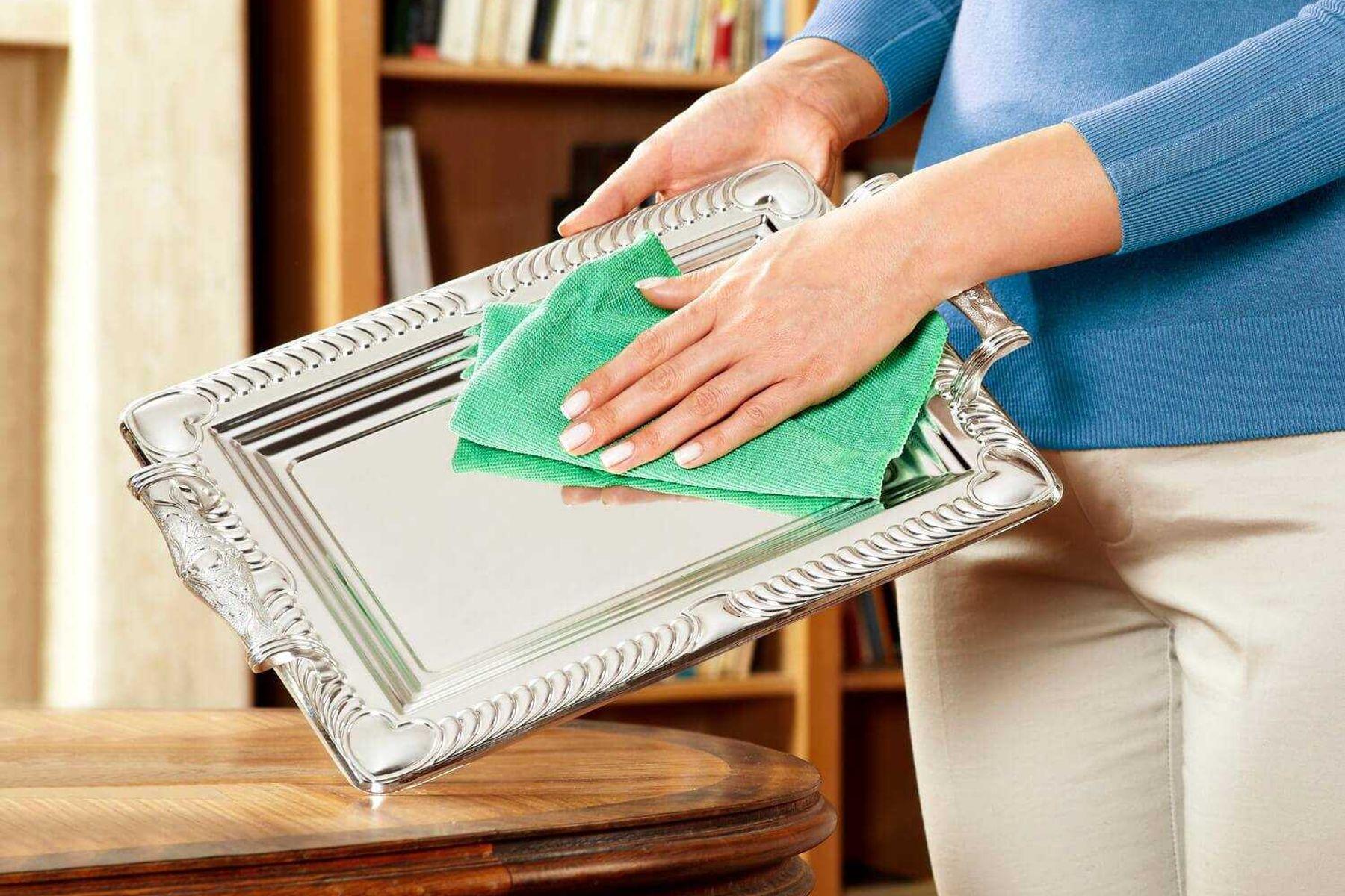 mulher-limpando-objeto-de-prata
