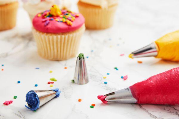 Renkli cupcake'ler ve pastacı malzemeleri