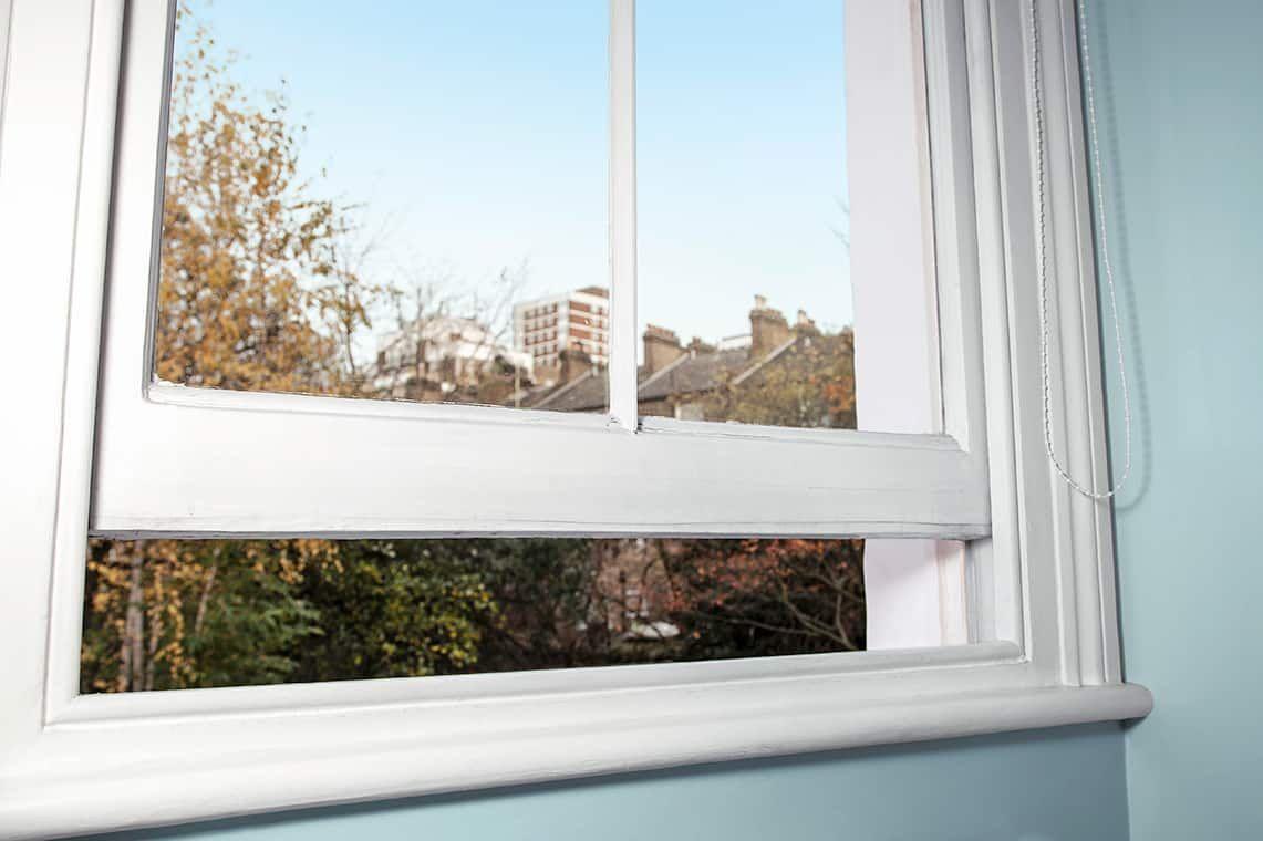 janela com vidros aberta com vista para arvores