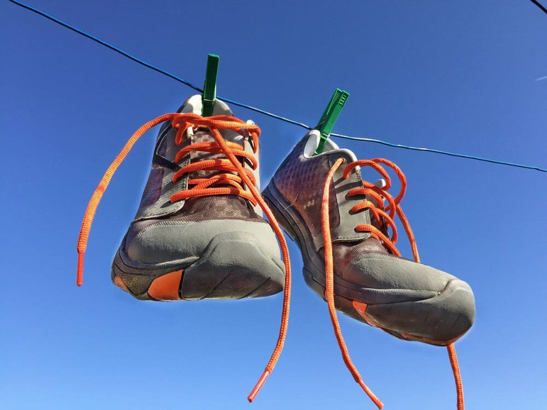 Phơi nắng để đánh bay mùi hôi giày