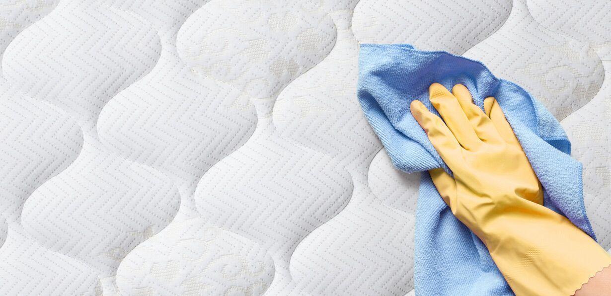 Dùng khăn lau khô bề mặt nệm vừa chà sạch