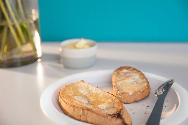 Tabakta yağ sürülmüş ekmek