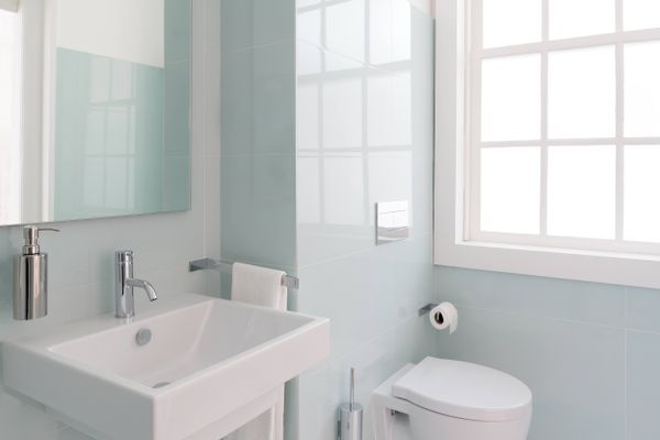 clean bathroom that has no odours