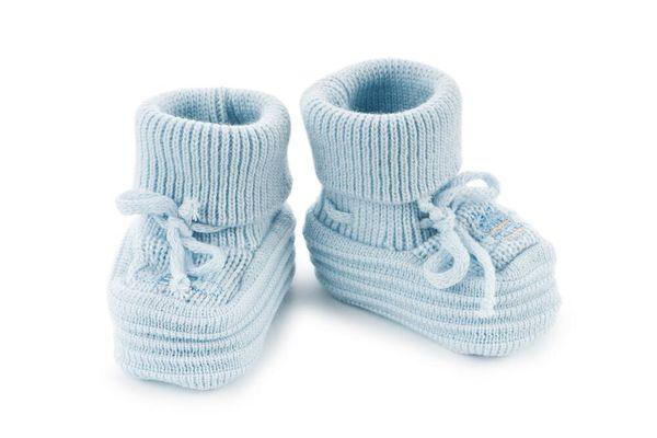 Trẻ sơ sinh mẹ có nên cho bé thường xuyên mang giày không?