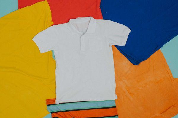 camiseta-branca-ao-centro-rodeada-camisas-coloridas