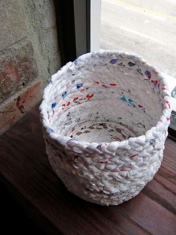Làm giỏ đựng đồ tiện lợitừ việc tái chế túi ni lông