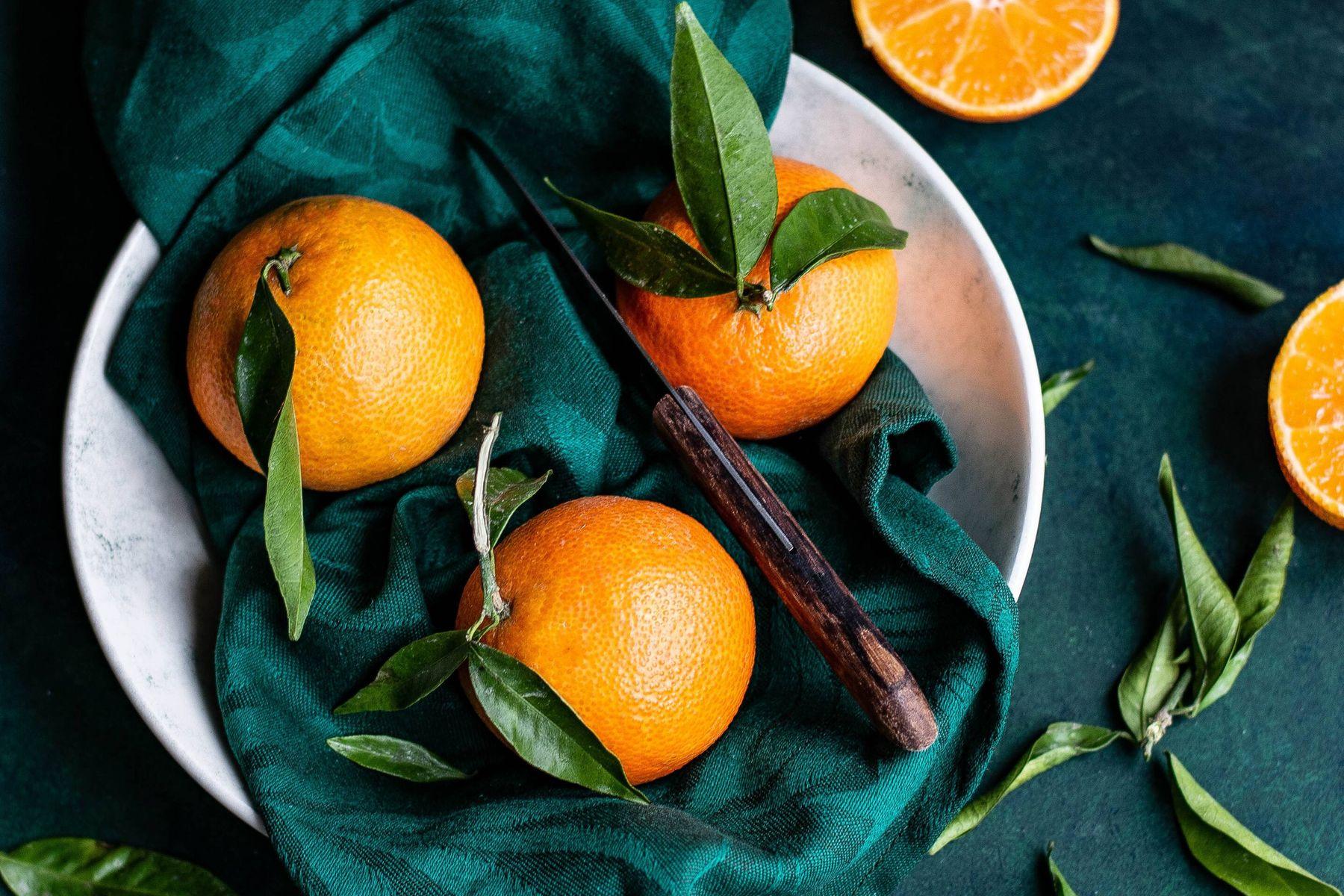 Orangen mit Blättern