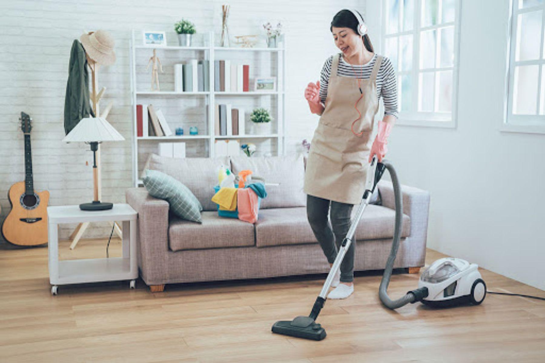 Hút bụi hoặc quét nhà trước khi bạn lau