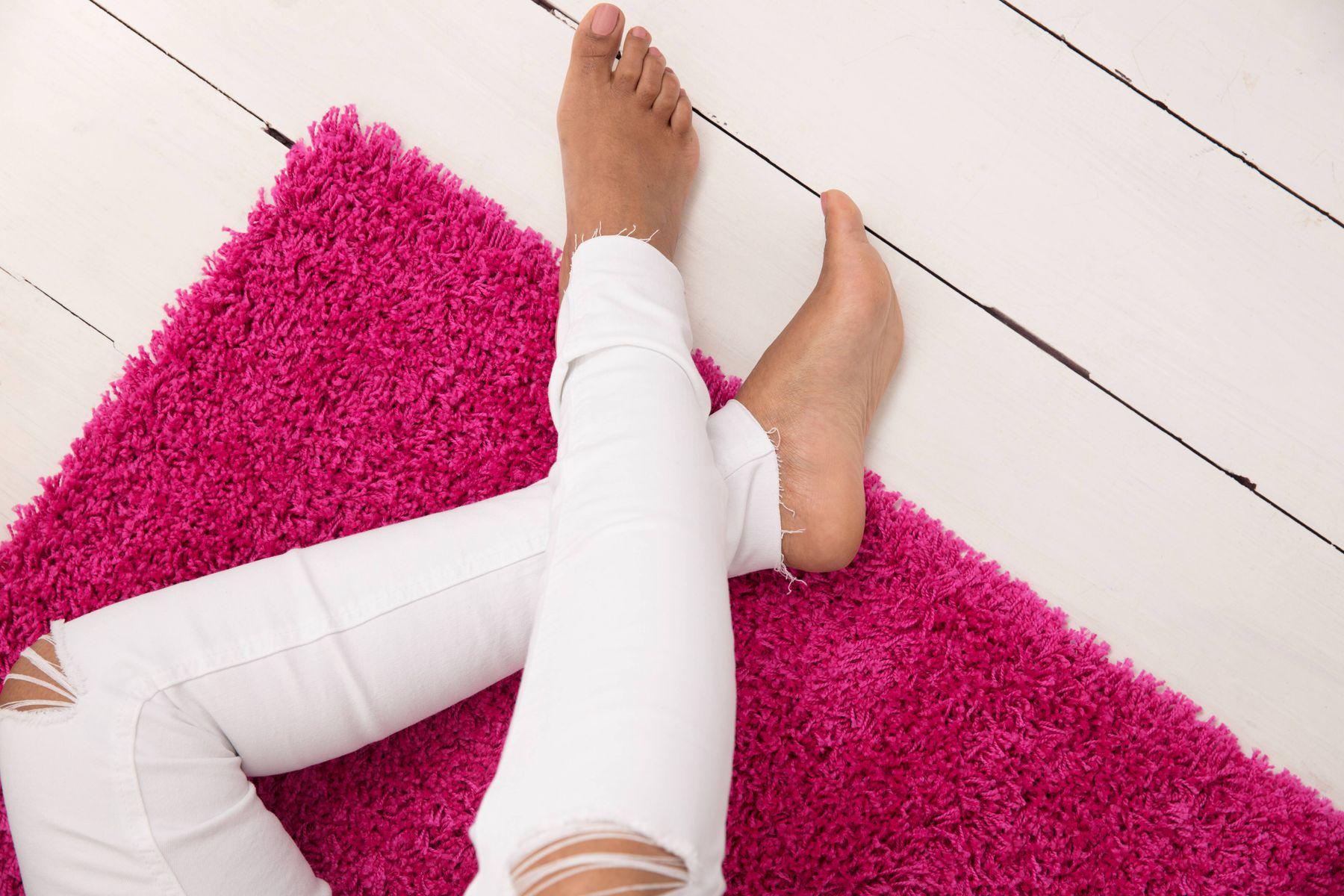 persona con pantalones blancos sentada en el piso