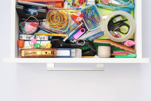 cassetto della scrivania con forniture per ufficio