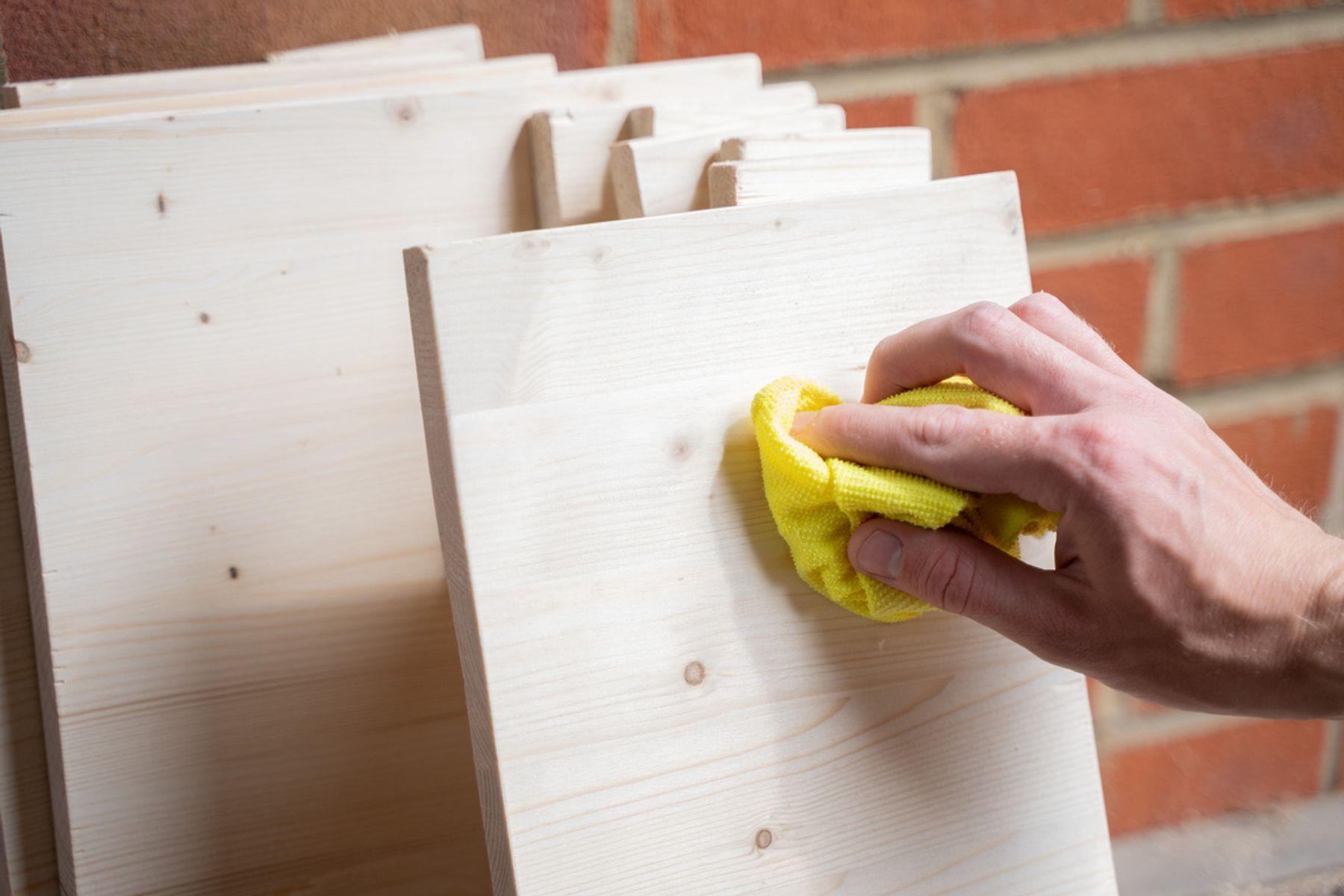 Cómo quitar pegamento de la madera con acabado