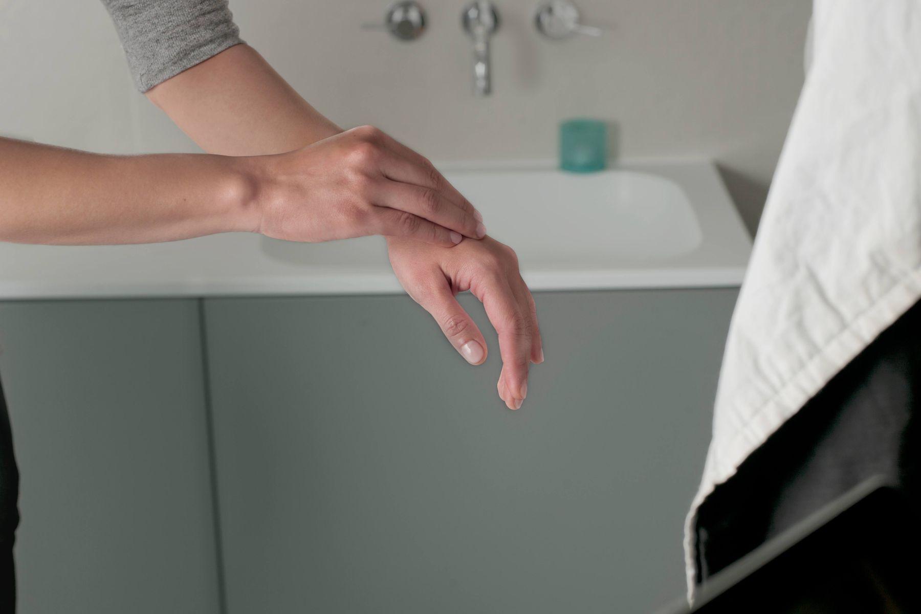 Da tay hay ra mồ hôi và ẩm ướt, phải chăm sóc thế nào?
