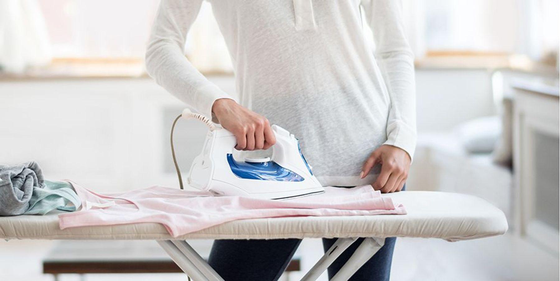 Ủi quần áo để loại bỏ đám xù lông