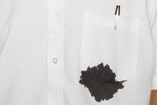 Cách tẩy vết mực trên áo màu lâu ngày chỉ với 5 bước