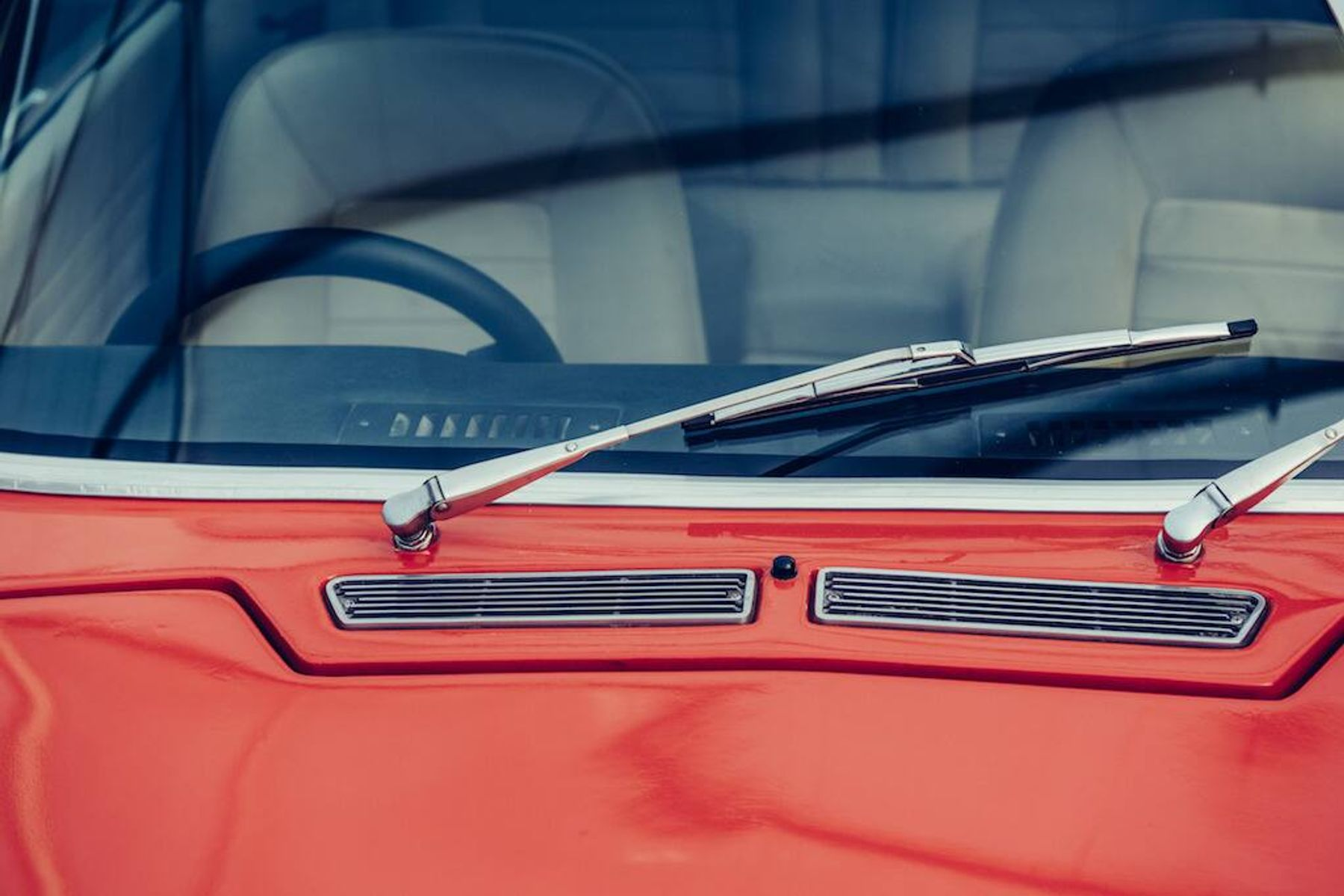 Wiper kaca depan pada mobil merah