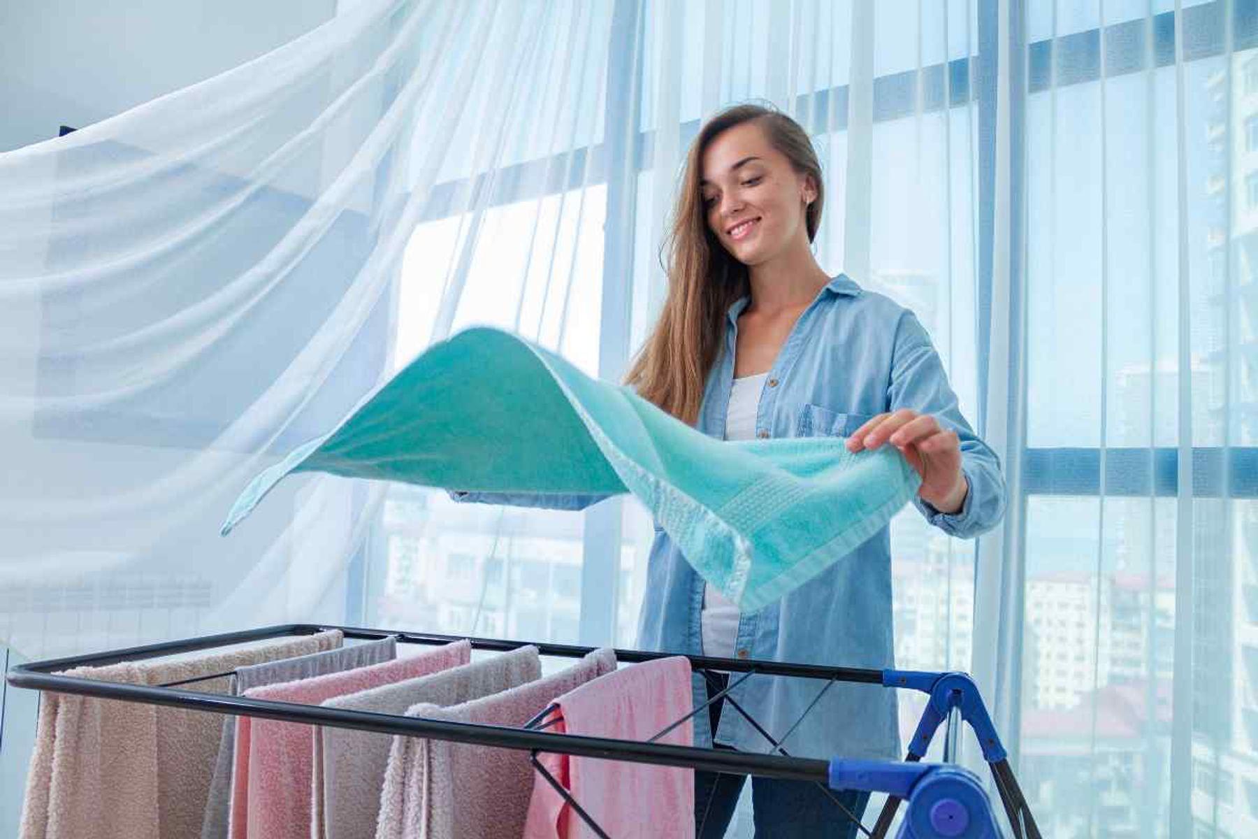 Giũ mạnh quần áo khi phơi để áo quần không bị nhắn và khô nhanh hơn