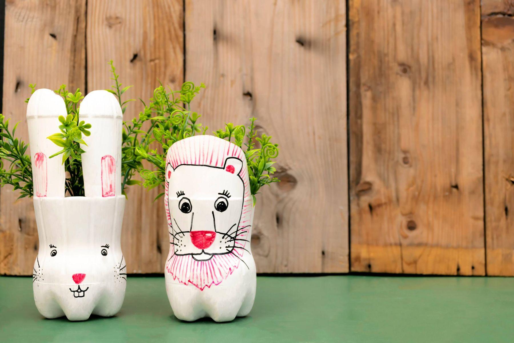 Cách tái chế chai nhựa thành lọ hoa hình thỏ và sư tử