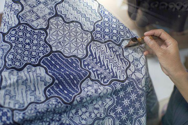 Cara merawat warna batik agar selalu tampak seperti baru