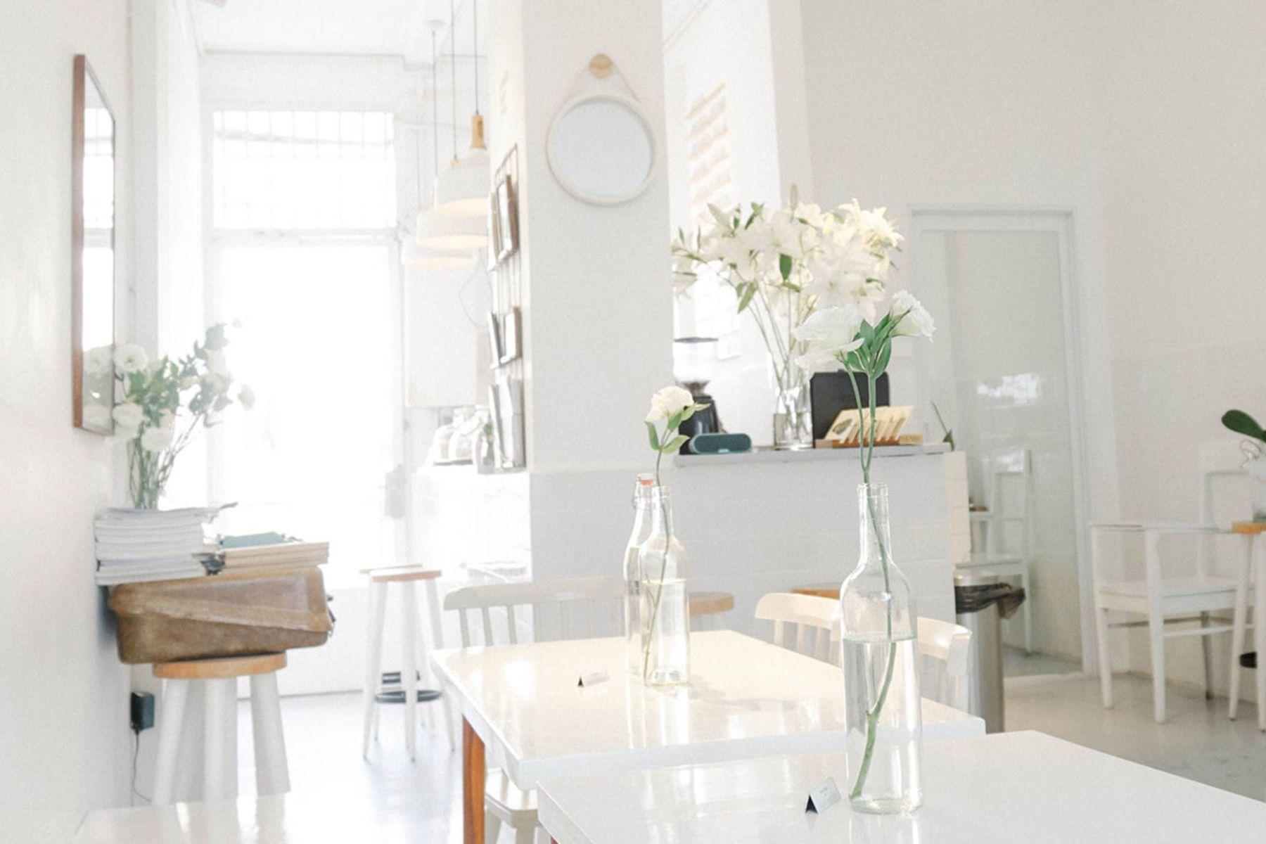 Weiß eingerichtete Wohnung