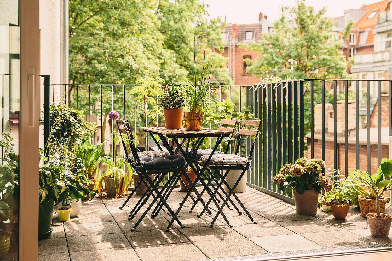 Cách trang trí ban công có bàn ăn ngoài trời
