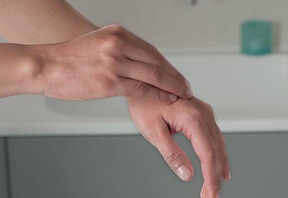Da tay bị khô bong tróc có cần đến bác sĩ da liễu?
