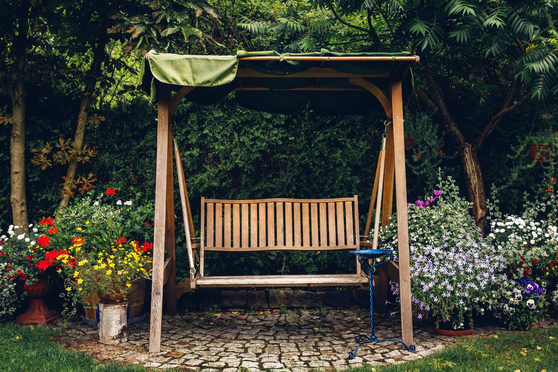 How to Clean Your Outdoor Wooden Swing