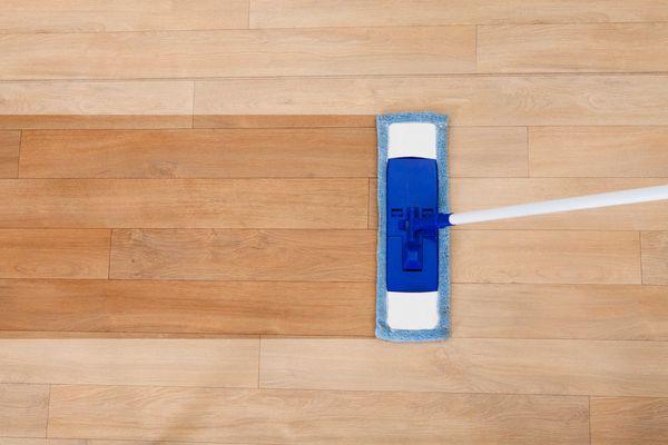 Limpeza de piso madeira com rodo