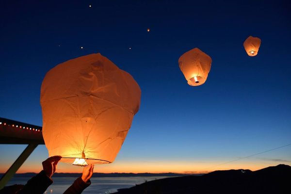 Menerbangkan lentera ke udara di petang hari