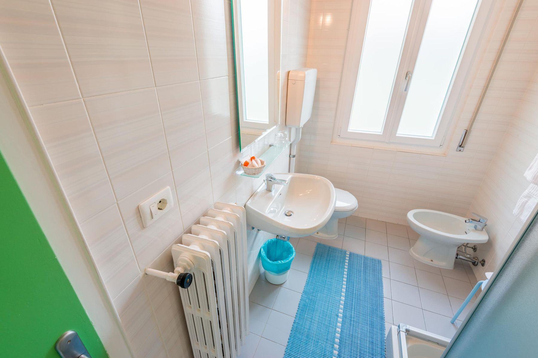 Nhà vệ sinh hiện đại có nên tách toilet và nhà tắm ra riêng