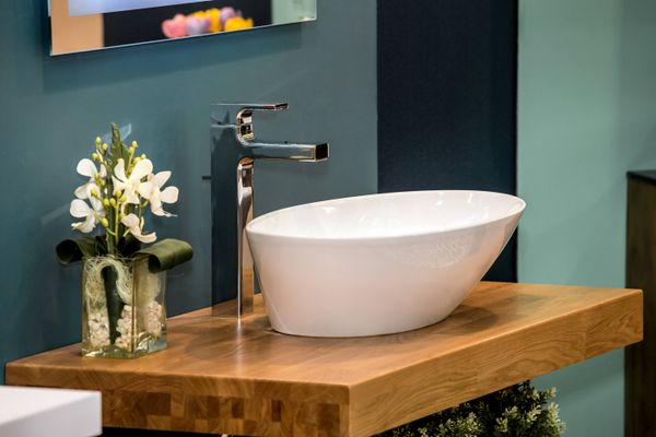 Remove yellow stains from your washbasin