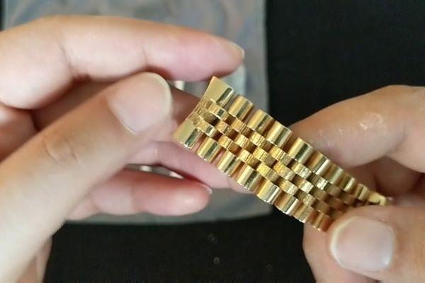 Cách đánh bóng đồng hồ mạ vàng
