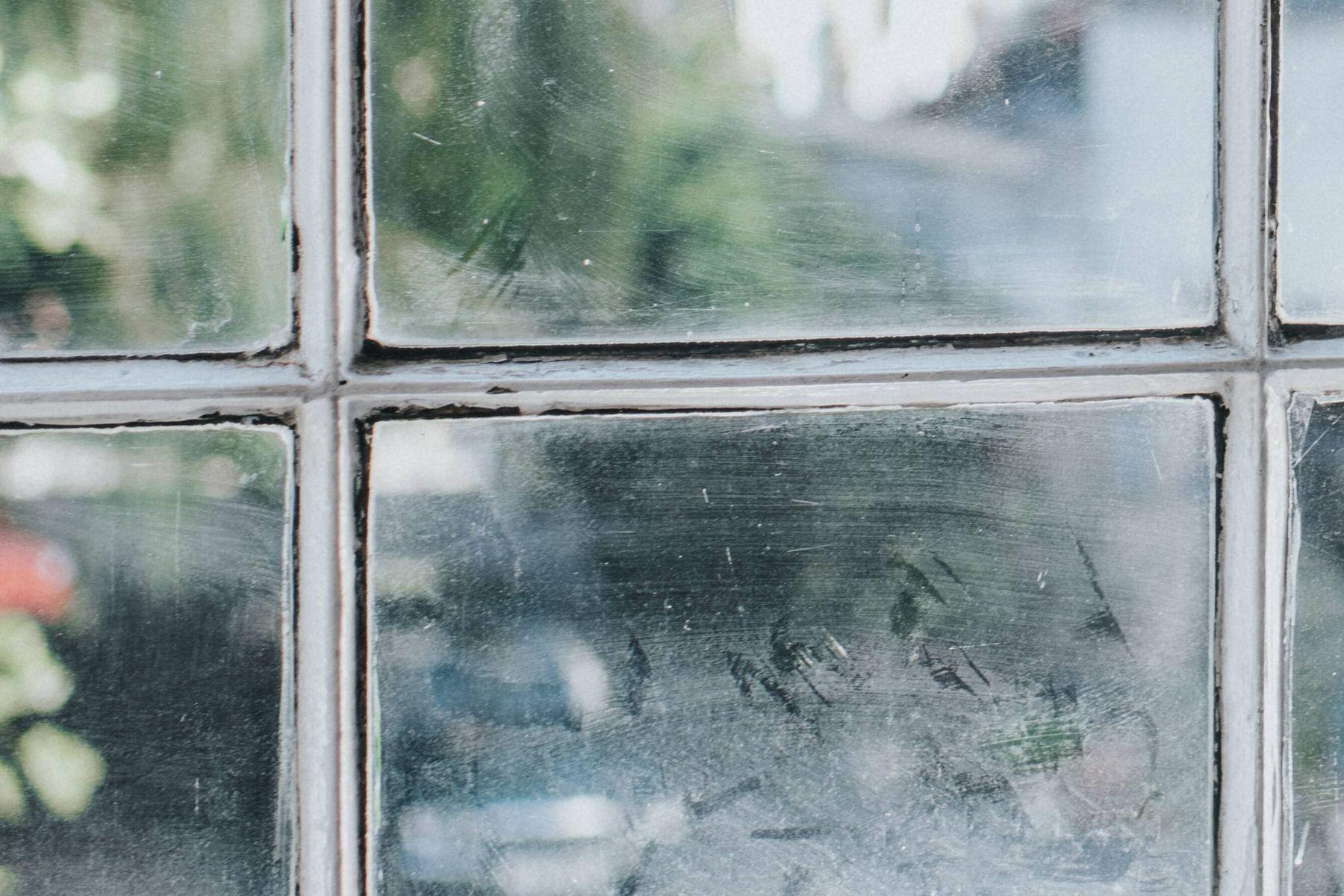 Evde derinlemesine temizlik yapacaksanız işe camlardan başlayın.