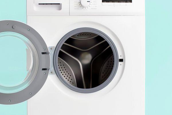 Secadora de roupas branca com a porta aberta