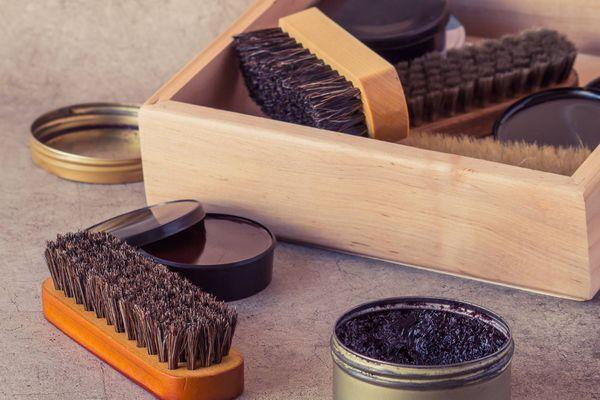 Caixa de madeira com escova e produto para lustrar o sapato