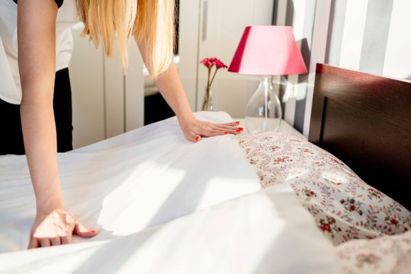 Steps to combat the oily stains from bed sheets
