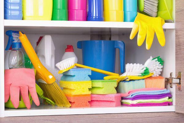 prodotti per la pulizia organizzati nell'armadio