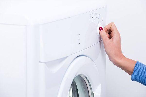 Có nên vắt khô quần áo bằng máy giặt thường xuyên?