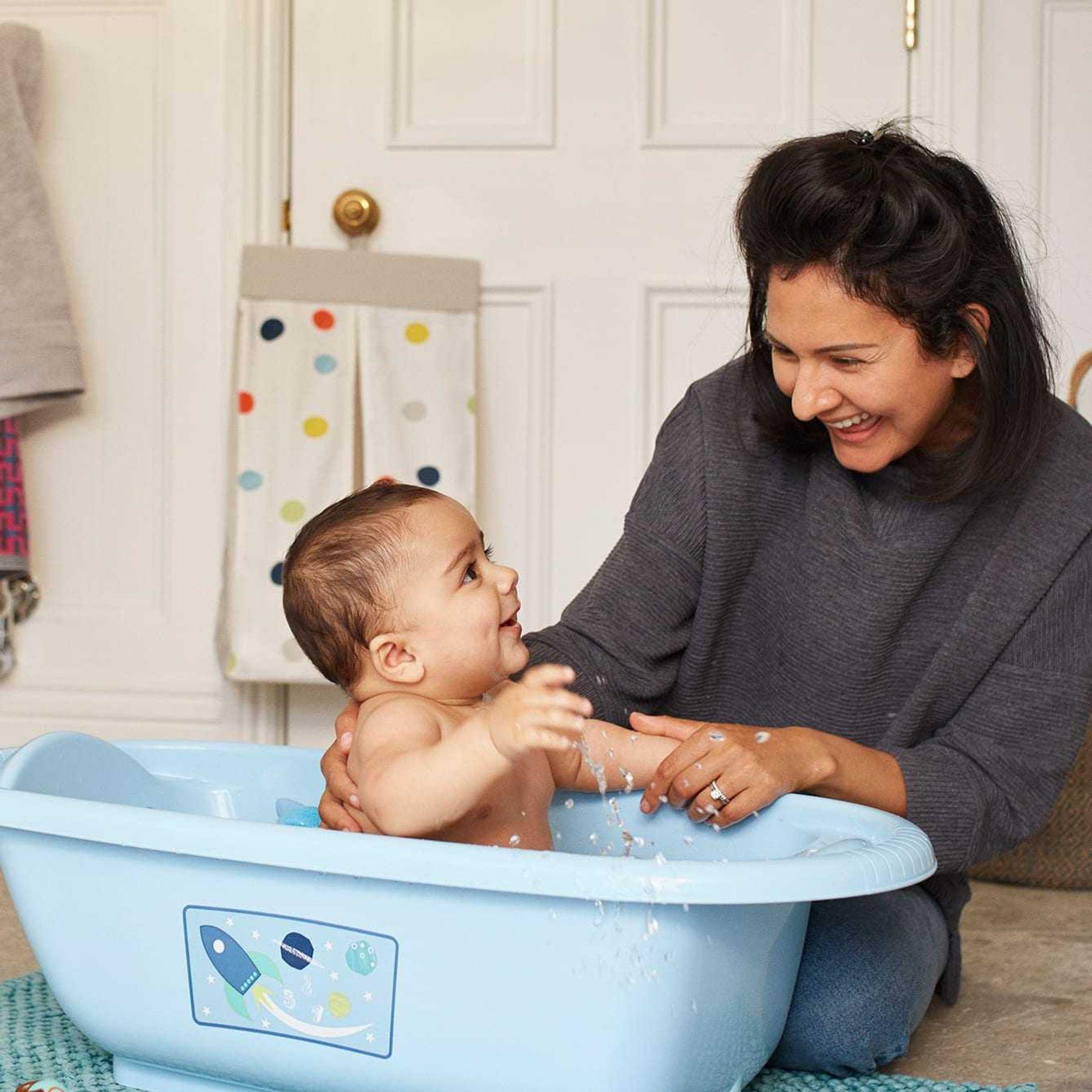 Step 2: Chọn nhiệt độ nước ấm để mẹ tắm cho trẻ sơ sinh trong chậu nước
