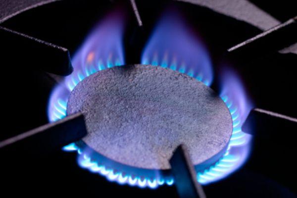 Trempe do fogão acesa em fogo alto