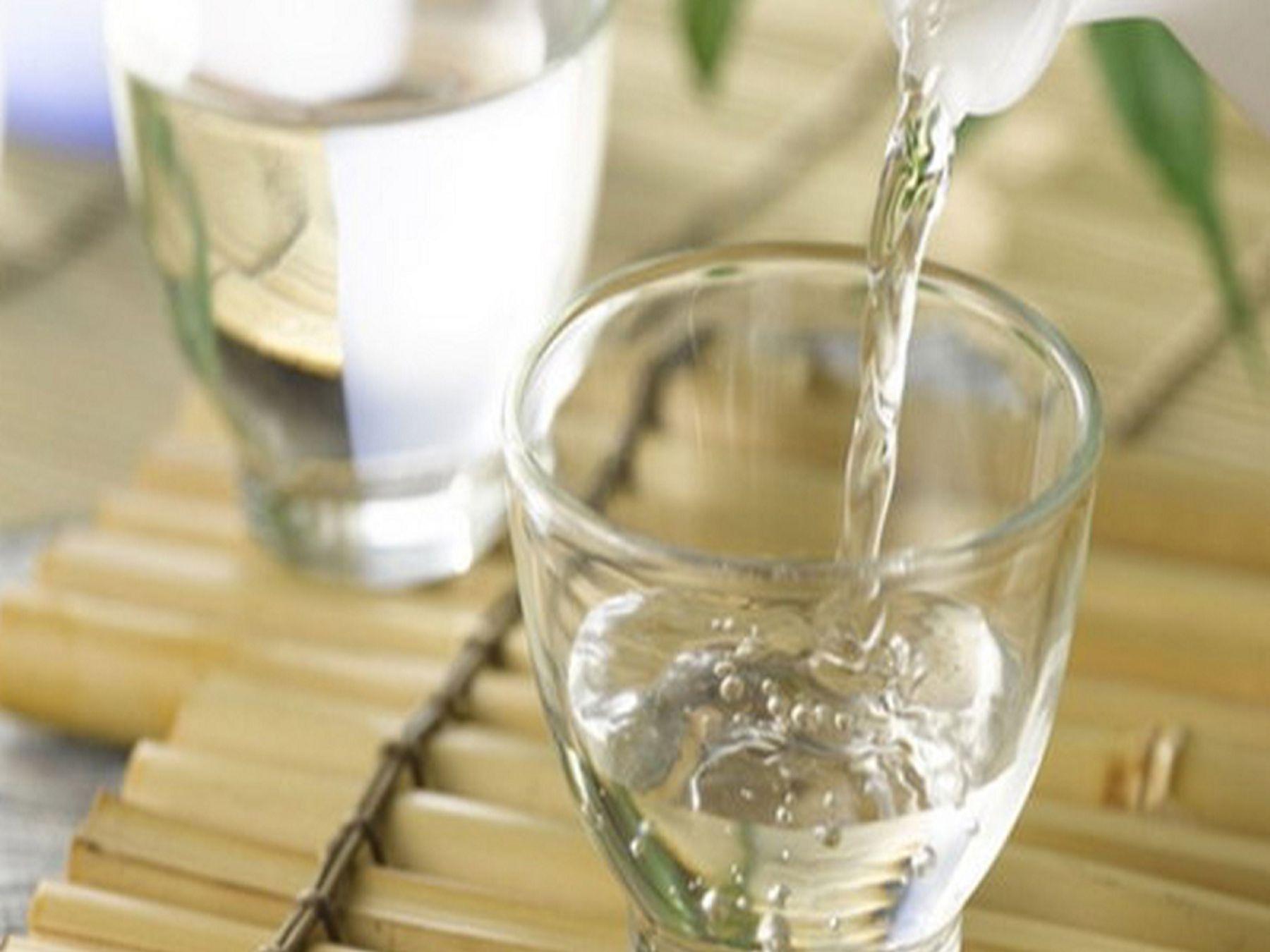 Cách tẩy bồn rửa mặt bằng rượu gạo