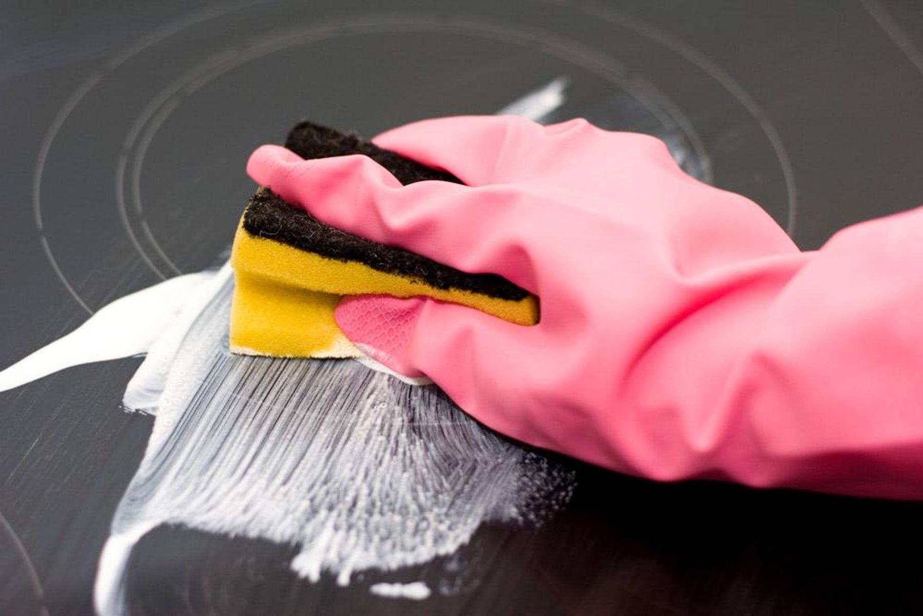 Mẹo vệ sinh mặt bếp điện từ, bếp hồng ngoại hiệu quả nhanh chóng
