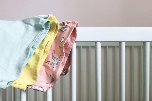 Criança com catchup na blusa de coelhinho amarela