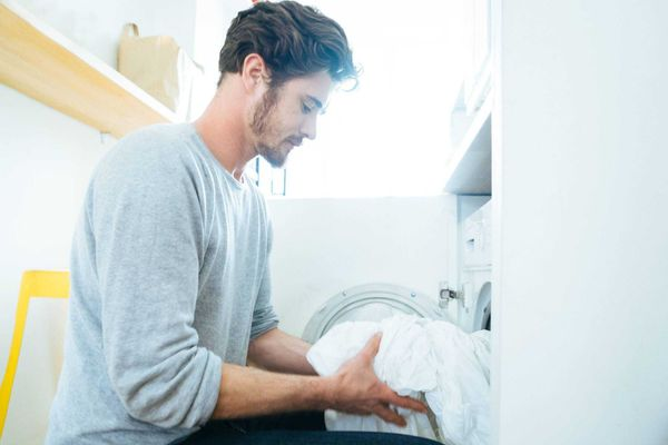 homem-lavando-roupa-branca