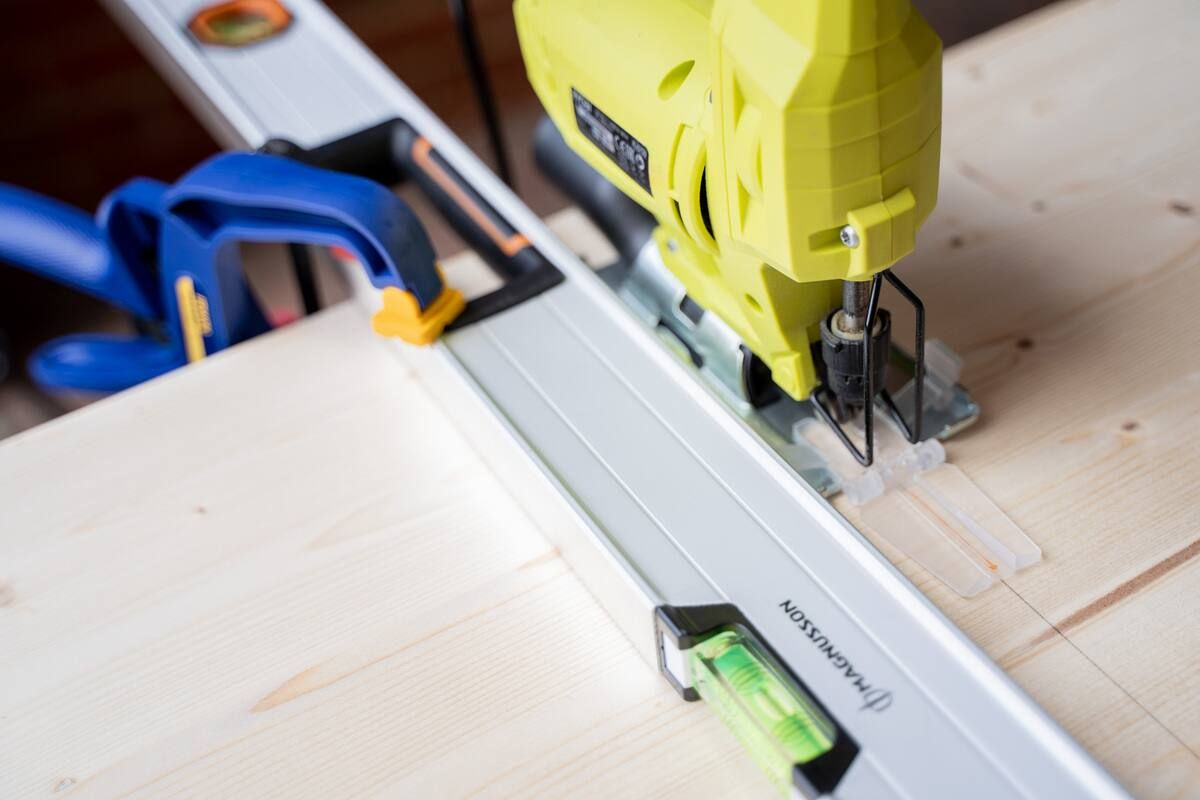 Cutting wood to size, using a spirit level and a jigsaw