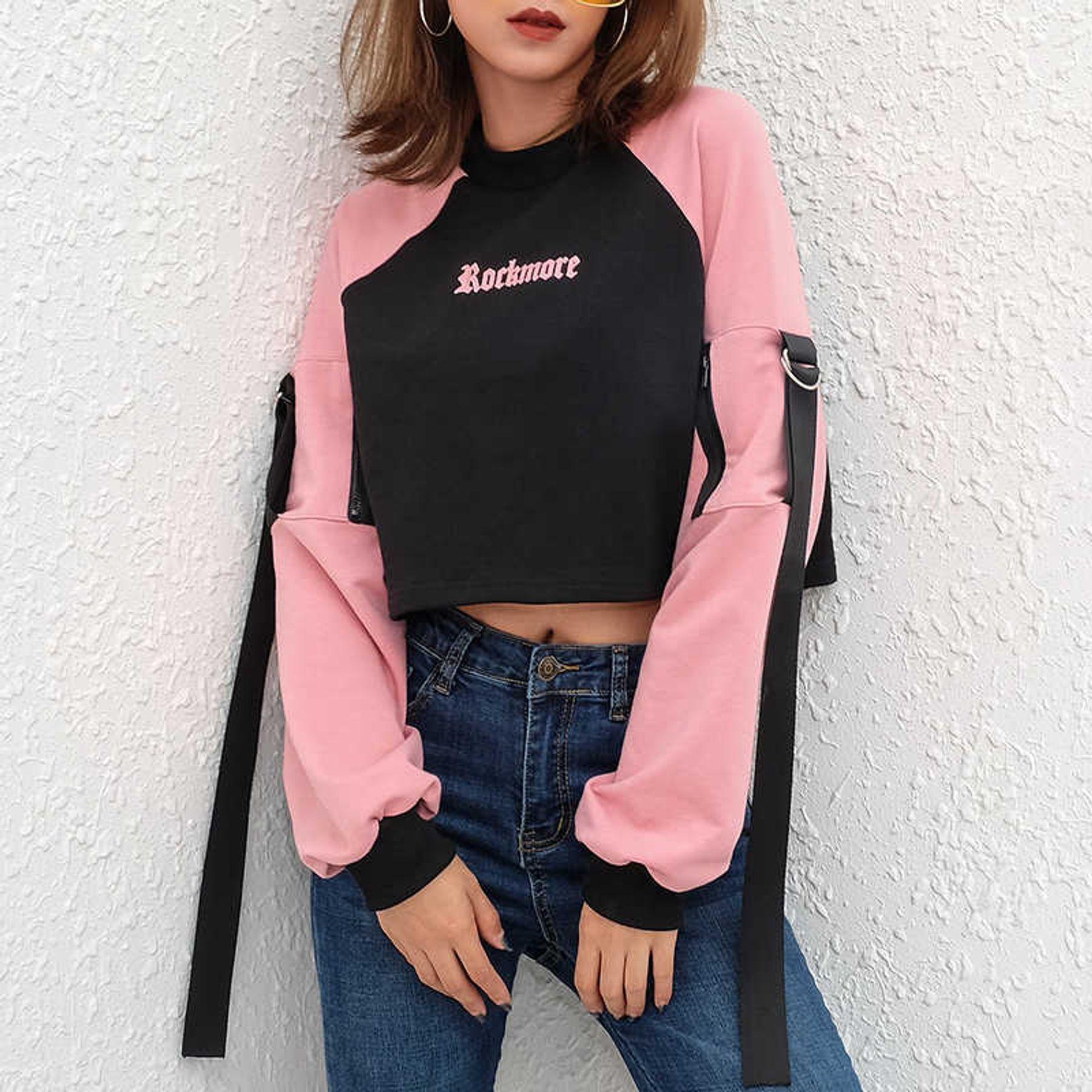 Phối đồ với áo croptop tay dài và quần jean