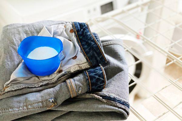 Cách xử lý cặn bột giặt trên quần áo khi giặt máy